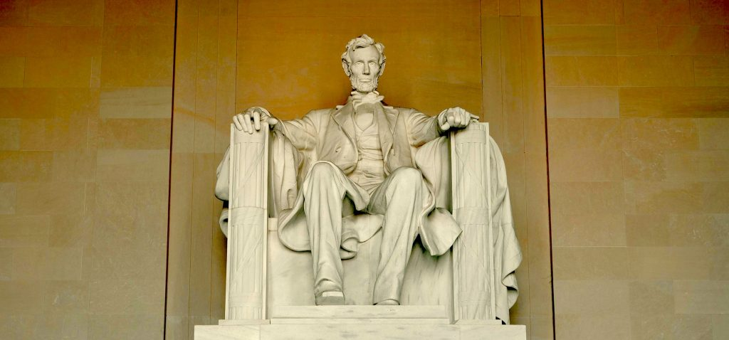 An image of the statute of the 16th U.S. President  Abraham Lincoln
